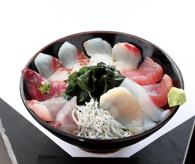 産直市場の「市場食堂」で味わえる「海鮮丼」(1500円)で腹ごしらえをしよう♪