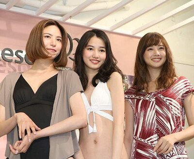 【写真を見る】新作水着を着る2018年三愛水着楽園イメージガールの黒木麗奈(中央)ら