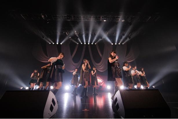 ライブは、最新シングル「心臓にメロディー」でスタート