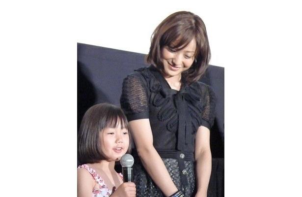 娘役の畠山紬は6才。しっかりした挨拶に母親役の菅野も一安心