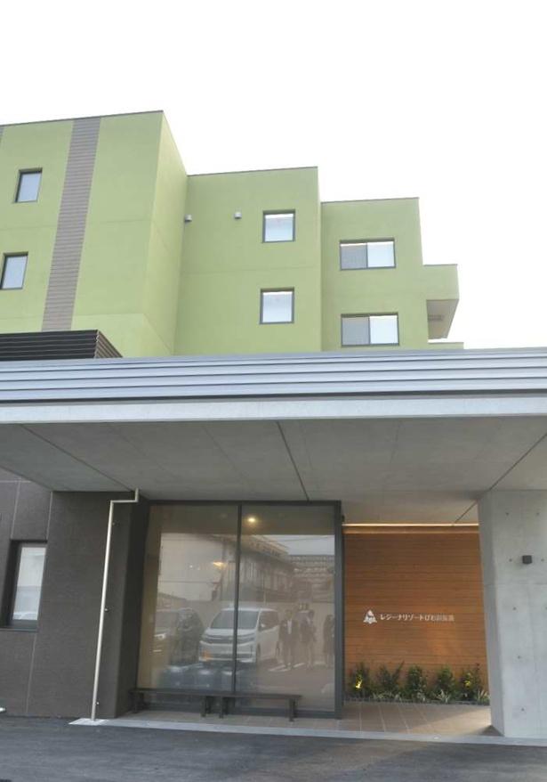 施設外観。周辺の建物とのバランスを考え、また、この地にかかわりの深かった石田三成にちなみ、この色が採用された