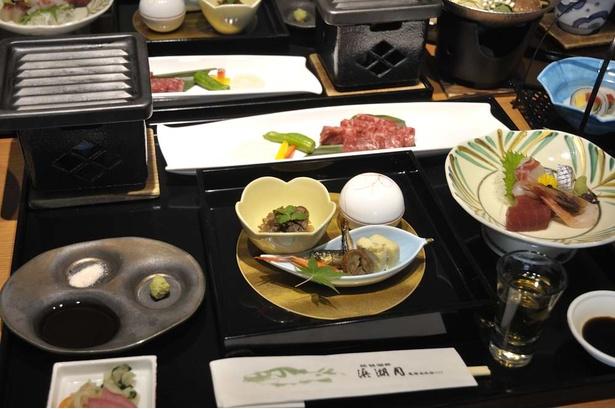 夕食は浜湖月の京風会席を部屋で食べられる。盛り付けも美しく、目でも舌でも満足の時間が過ごせる。写真はプラス5000円でアップグレードできる特選近江牛会席