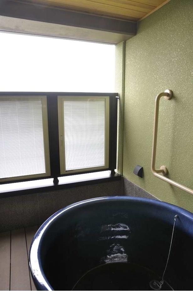 各部屋専用の露天風呂はレイクビュー。湖からの風が心地よい