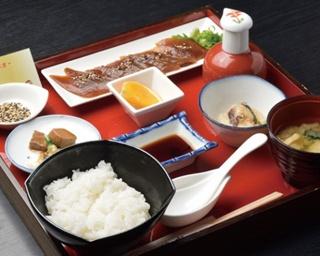 薩摩串木野まぐろの館 / 「西郷どんの漬け丼」(950円)には、クジラのさえずり、マグロの角煮など小鉢も付く