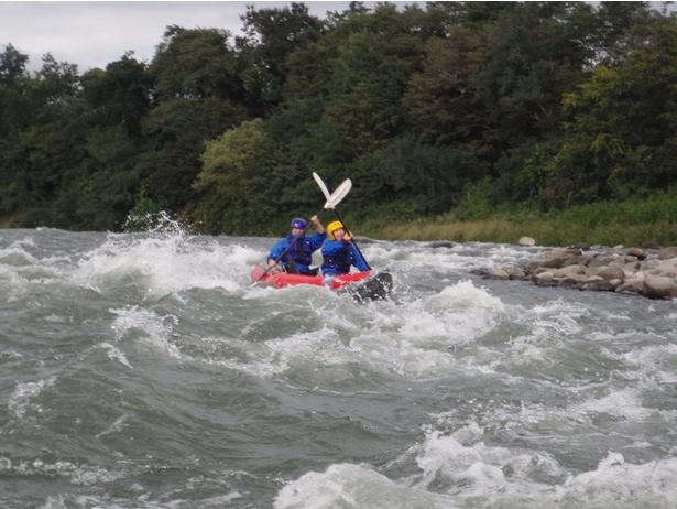 【写真を見る】2人乗りゴムボート(ダッキー)で川の流れに挑戦