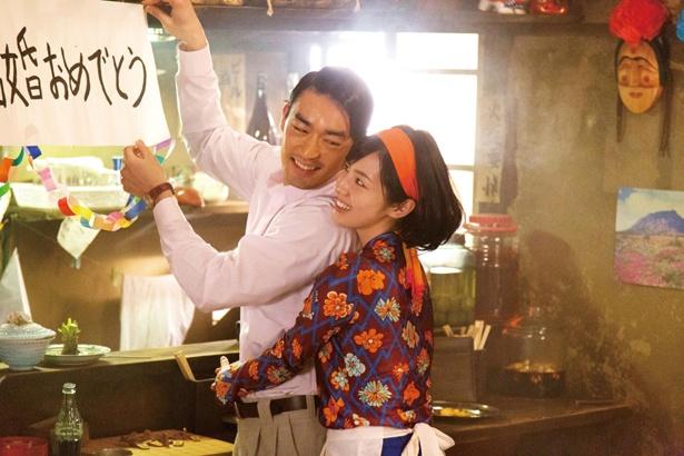 ナイトクラブの社員で妻帯者の長谷川(大谷亮平)と際どい関係に…!(『焼肉ドラゴン』)