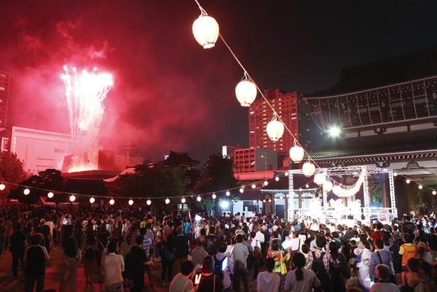 盆踊りのフィナーレに花火が上がって、会場のボルテージは急上昇だ!