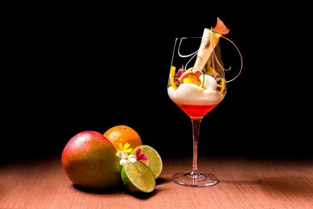【写真を見る】デザートにはワイングラスで楽しむ美しいパフェが用意される