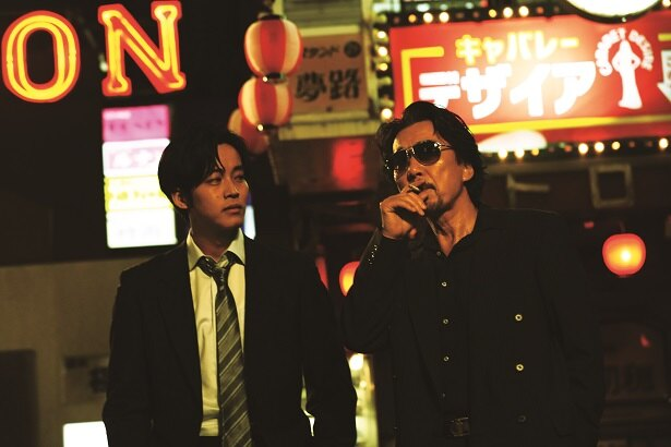 役所広司(右)が主演する映画「孤狼の血」の続編製作が決定