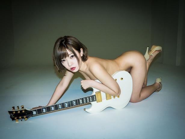 新たに公開された藤田恵名のアーティスト写真