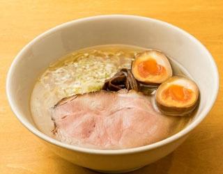 中華そば(650円、半熟煮卵のせ+100円)。薄口醤油ベース。老若男女食べやすい優しい味わい