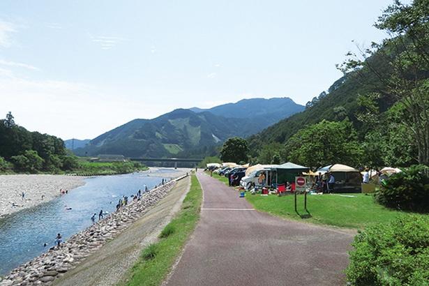 銚子川沿いのリバーオートサイトは広々とした空間が魅力。電源付きのサイトもある!