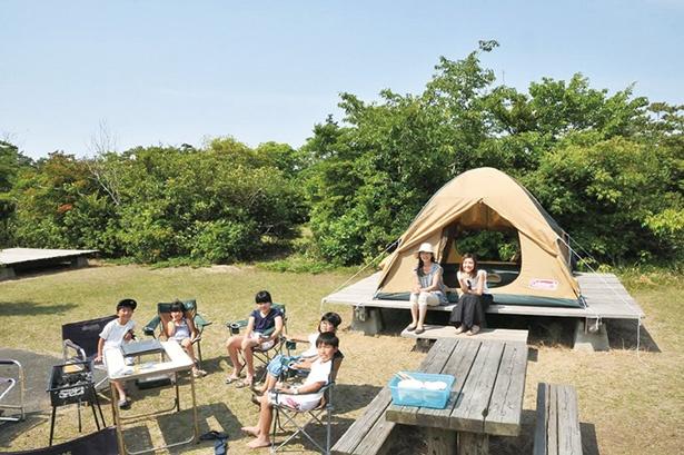 広々とした常設のテントに宿泊できる、手ぶらでキャンプパックには、食事や大浴場の入浴などが付く