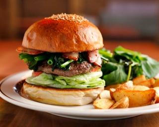 父が作ったバンズを兄弟がハンバーガーに!関西グルメバーガー界の草分け的存在の人気の秘密とは? 大阪・心斎橋「クリッターズバーガー」