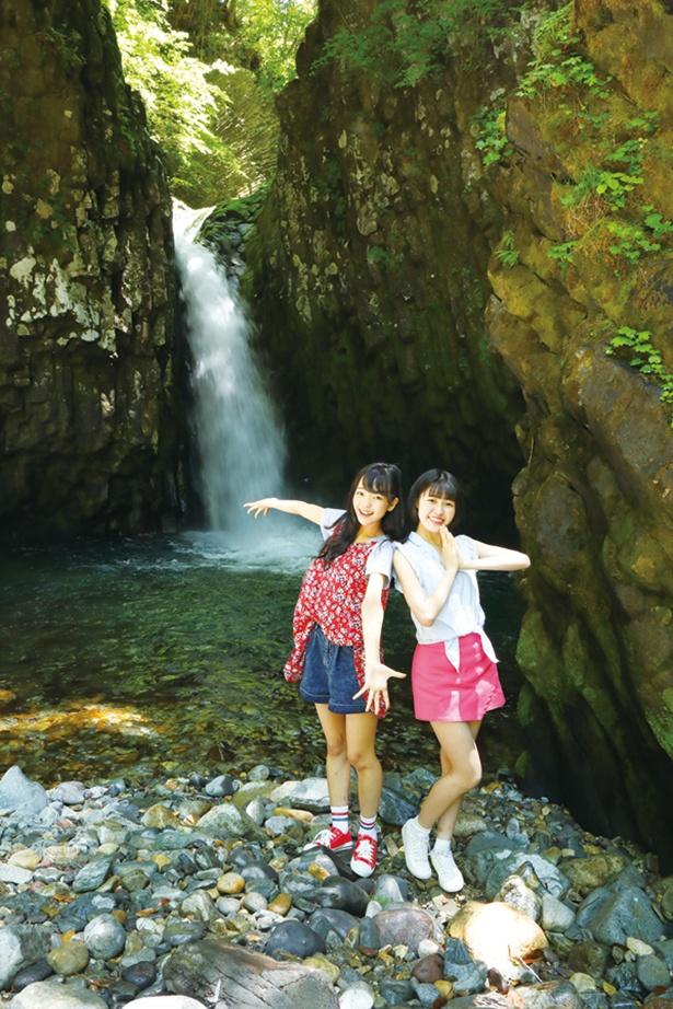 野澤方合子(まりこ)(左)「滝の音が迫力満点!」