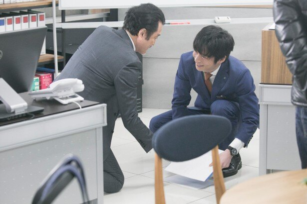 手が触れ合うたびに思わずはにかんでしまう田中と吉田