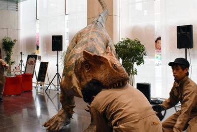 【写真を見る】観客を守るレンジャー隊員にもおかまいなしで噛み付くアロサウルス