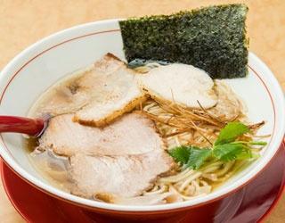 トリニボ(600円)。鶏と煮干しの中華そば。トリハム、豚バラ、豚肩ロースと3枚のチャーシューがのる