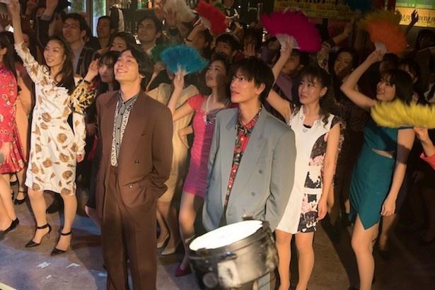 【写真を見る】これぞ90年代!律(佐藤健)や正人(中村倫也)&ボディコンギャルのディスコファッション!