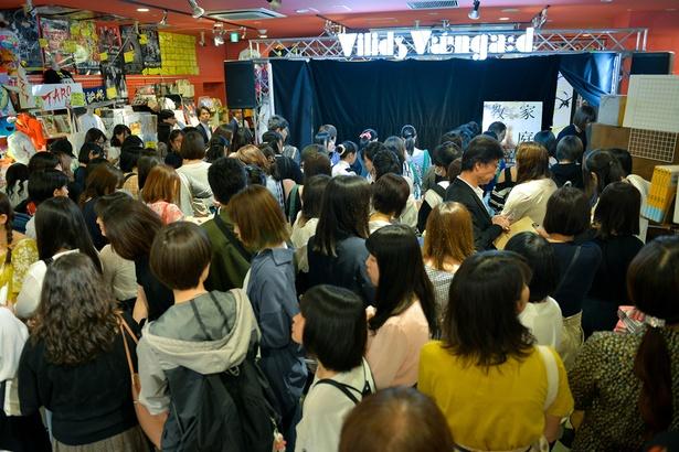 記者会見後のサイン&握手会には大勢のファンが駆けつけた
