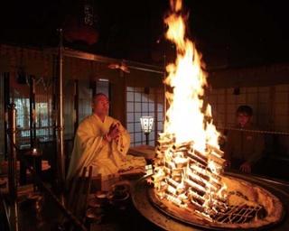 寺院や神社に泊まり、朝のお勤めや写経、座禅などの非日常が体験できる宿坊