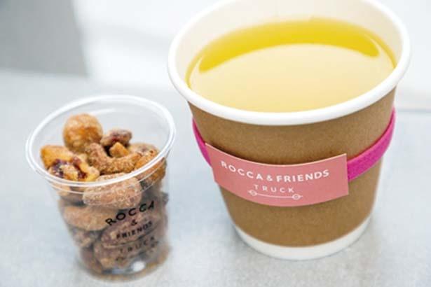 【写真を見る】お茶とフルーティな香りがマッチした、ラズベリーフレーバーの日本茶「線香」(600円・右)と「ナッツ」(300円・左)/ROCCA & FRIENDS TRUCK
