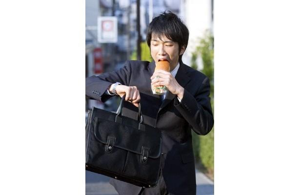 """忙しいからと朝食をおろそかにしがちなビジネスマン。実はパン一切れやヨーグルト1個食べるだけでも午前中の""""仕事のデキ""""が大きく違ってくるのだとか"""
