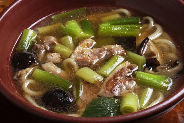「鴨南うどん」(750円)。特製スープに鴨の脂が溶け込み、味わい深い。仕上げに柚子の粉末をかけるため香りもいい