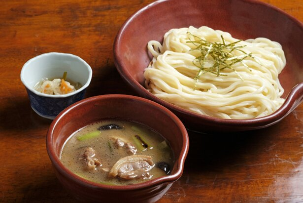 【写真を見る】「鴨汁つけ麺うどん」(950円)。「鴨南うどん」より濃いダシに自家製麺を絡めて味わう