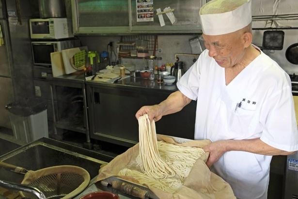 創業者の伊藤允浩さん。現在は息子の浩道さんが店主を勤める。麺は、讃岐うどんのような強いコシも感じられる