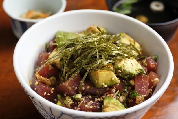 人気No,1の「アボカドまぐろ丼」(800円)は、小鉢と吸い物付き。アボカド、マグロ、海苔のほか、ゴマがたっぷりかかる