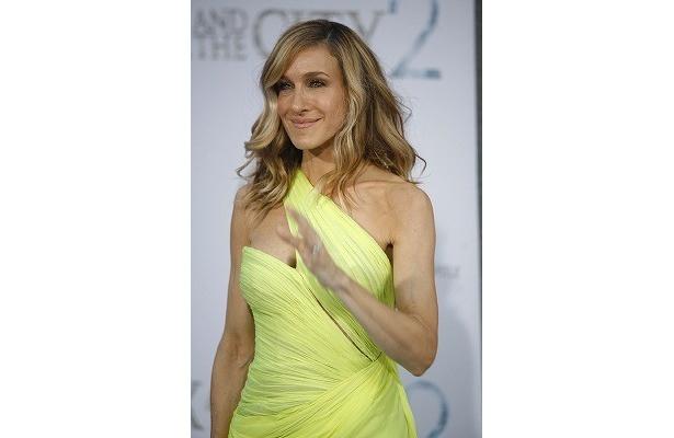 バレンチノの黄色いドレス姿で登場したサラ・ジェシカ・パーカー