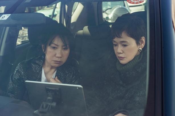 【写真を見る】大竹しのぶと室井滋が潜入捜査を開始!(「アイアングランマ2」より)
