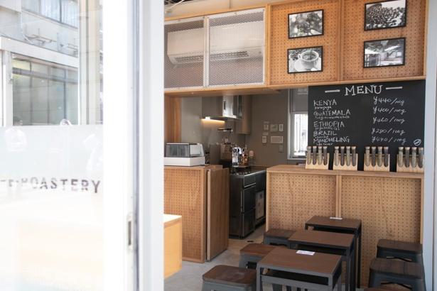 【写真を見る】その日に選べる生豆の産地は、店頭の黒板でチェック