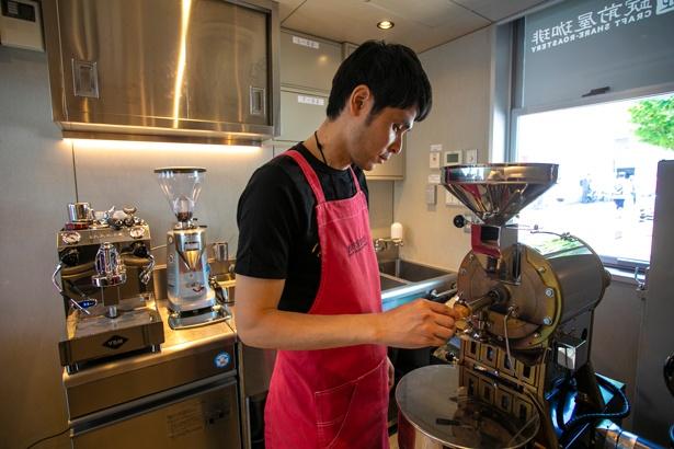 コーヒーにまつわるさまざまな話題を提供してくれるローストマイスター。焙煎や抽出でキッチンに入る際には、利用者もこのピンクのエプロンを貸してもらえる