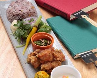 お昼ごはん¥850。旬の野菜を中心に考えた、手作りのサラダと副菜、スープ、淡路島産の十五穀米、その日の特製メイン料理がのったワンプレートランチ