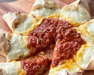 SUNSUNピザ ¥1,300。お日様をイメージした目にも楽しいピザ。自家製トマトソースとチーズ、そして耳にもたっぷりとホワイトソースを仕込んで食べ応え満点!