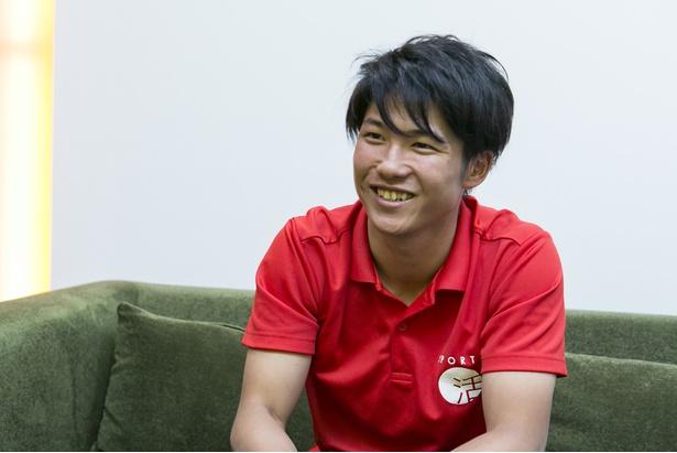 【写真を見る】インタビューの合間に笑顔を見せる成田緑夢選手
