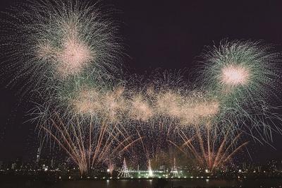 荒川の河川敷各所で、バリエーション豊富な花火を堪能できる