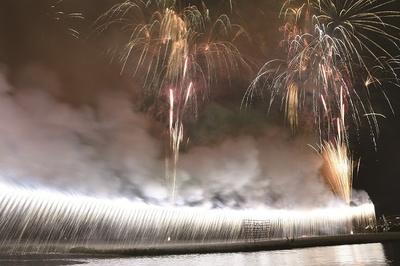 【写真を見る】華々しくフィナーレを飾る大ナイアガラは圧巻