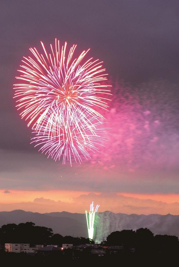 約500mの上空で大輪の花が咲く二尺玉とスターマインの競演は必見