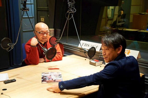 疋田智さん(左)は自転車関係の著述活動でも知られるTBSテレビプロデューサー。石井正則さんは芸能界屈指の自転車愛好家で、ミニベロ(小径自転車)乗りとしても有名