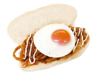 カツオダシの旨味がたまらない「焼うどん 目玉焼きのせ」(390円)。小倉発祥の「焼うどん」がコッペパンになって登場!