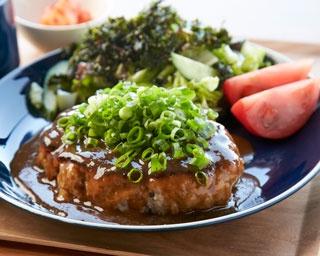 絶品ホルモンハンバーグセット¥1,620。合挽き肉とホルモンが6:4のタネに地元タマネギを加えた、約300gのボリュームが魅力。約20分じっくりと焼き、淡路島ソースで旨味を増す