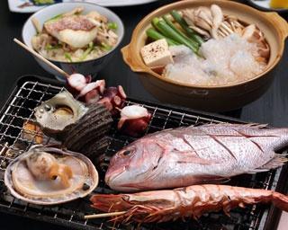 海鮮焼コース¥3,000。鯛やタコ、エビなど旬の地魚約7種をメインに、小鉢、造り、小鍋(または煮付け)などが付く、お値打ち感満載のコース※写真は2人前