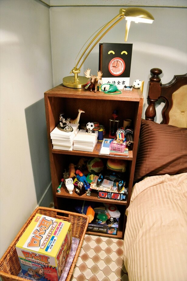 【写真を見る】宇海(岩田剛典)が寝泊まりする給湯室には、宇海の趣味である懸賞グッズがぎっしり!