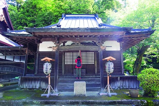 山を下ったところにある最明寺。善光寺堂は風情ある