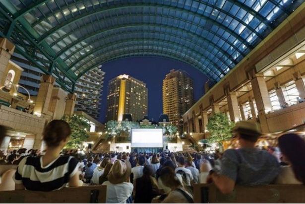 【写真を見る】恵比寿ガーデンプレイスに設置される人工芝の上で、野外映画鑑賞ができるイベントが今年も開催!
