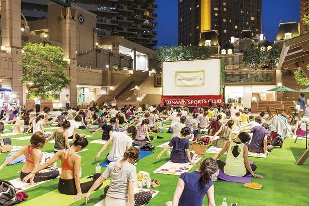 開放的な空間で楽しめるヨガは朝・夕に開催される