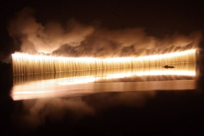 【写真を見る】長さ400mのナイアガラが湖面にも映り、より美しさと迫力を感じられる。これが見たくて毎年訪れるというリピーターも少なくない
